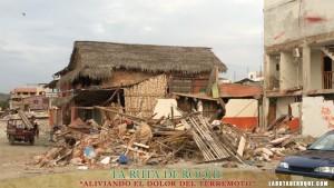 FAMILAS Y SUS CASAS DESTRUIDAS POR EL TERREMOTO. MANABI, ECUADOR.